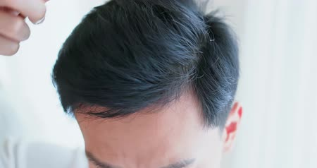čelo : close up of asian man brush his hair with comb
