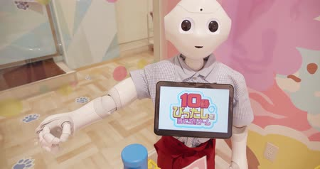 робот : Okinawa, Japan-Aug 21, 2019: robot humanoid assistant with information screen in shop