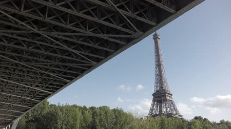 francja : Sliding camera over Seine river with Eiffel Tower