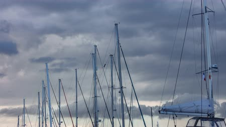такелаж : Sailboat mast timelapse against a cloudy stormy Sky