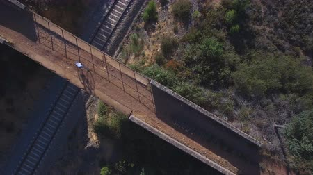 ostražitost : Top view of mountain bike cyclist over bridge and railway Dostupné videozáznamy