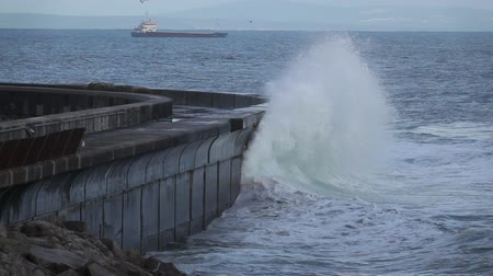 capa dura : Wild waves breaking in the atlantic coast breakwater Vídeos
