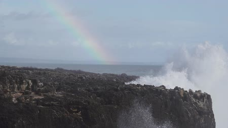 capa dura : Wild waves breaking in the atlantic coast with rainbow in slow motion