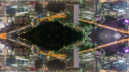 yansıyan : Night Time-Lapse of downtown in Tokyo with trains and reflection