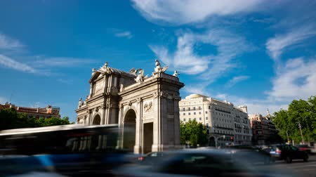notion : Puerta de Alcala profile in time-lapse around traffic circle