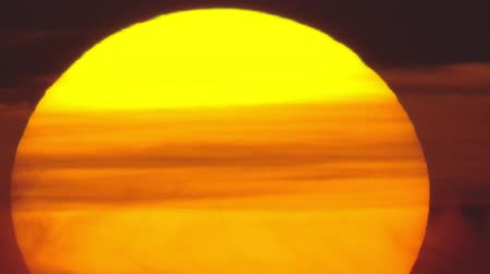 újra : Ultra long shot of orange sun with clouds, fast sunrise