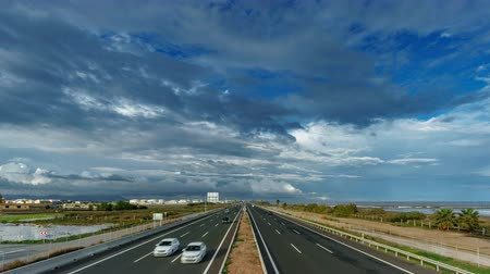 уменьшающийся : Top view time lapse of freeway near sea, cloudscape