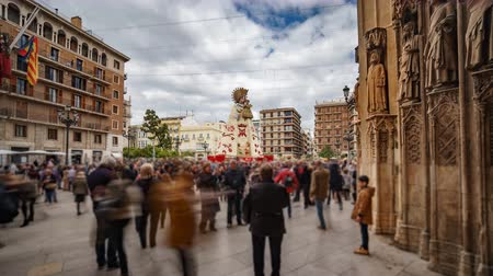 фестивали : Blurred people visit virgin plaza in Valencia from cathedral, time lapse Стоковые видеозаписи