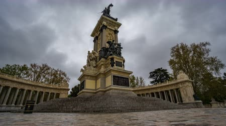 beygir gücü : Alfonso XII monument sliding camera timelapse under the rain