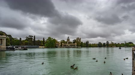 sınırları : Timelapse of El Retiro under stormy clouds in Madrid