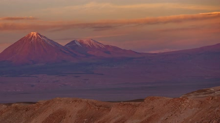 Боливия : Licancabur volcano time lapse with full moonrise at sunset with pink sky