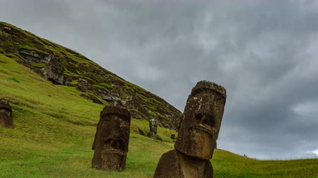 мысли : Crooked Moai quarry time lapse in Rapa Nui with many statues Стоковые видеозаписи