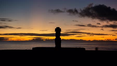 tourist silhouette : Ahu Ko Te Riku moai timelapse in Rapa Nui at dusk, long exposure