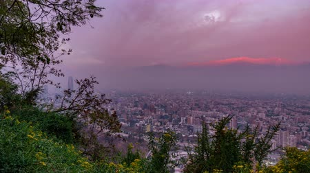 Анды : Cloudscape time lapse at dusk over Santiago de Chile city roofs