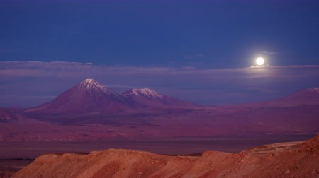 Анды : Licancabur volcano time lapse with full moonrise over the Andes Стоковые видеозаписи