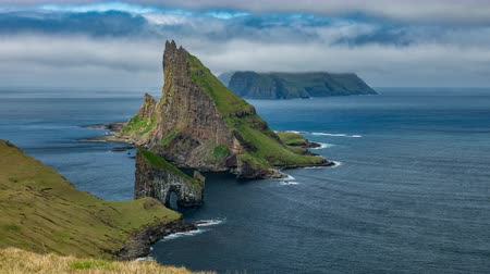 типичный : Top amazing view of Drangarnir gate in front of Tindholmur with Mykines in the background, Faroe Islands Стоковые видеозаписи