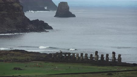 atrás : Long shot of Ahu Tongariki iconic platform in Easter Island