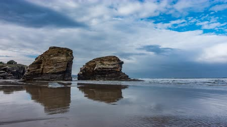 reflexion : Playa de la catedral Time-lapse con rocas en Galicia, vista superior Archivo de Video