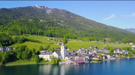 icônico : St. Wolfgang town and Wolfgangsee lake aerial panoramic view, Salzkammergut region of Austria