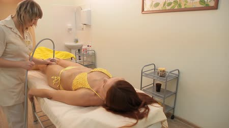 uyluk : girl doing vacuum roller massage