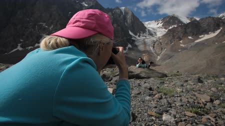 fotoğrafçı : photographer takes pictures of a girl in the mountains