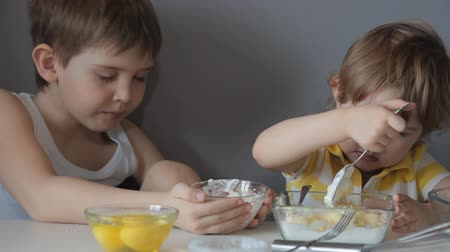 песочное печенье : children prepare dough for cookies Стоковые видеозаписи