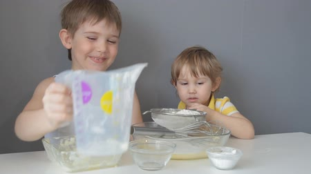 испечь : Children knead the dough. Add flour, sugar, eggs, butter