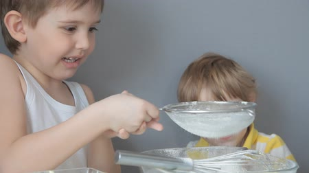 песочное печенье : Children knead the dough. Add flour, sugar, eggs, butter
