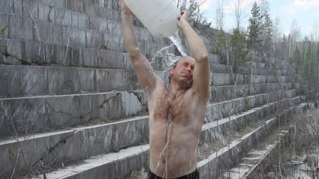 しない : man douses himself with cold water outdoors