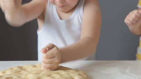 песочное печенье : baby girl kneads the dough with her hands Стоковые видеозаписи