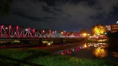 Time lapse Iron Bridge or people in the area called Sapaan Lek. Decorated with colorful lights at night. The landmark of Chiang Mai in northern Thailand is very famous. Dostupné videozáznamy