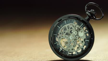 minutos : Closeup old pocket watch is rotating. Concept of valuable time and no time off.