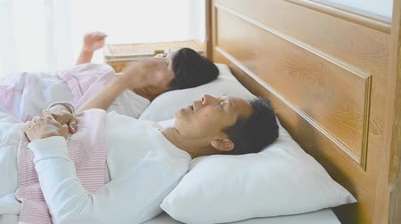 respiração : Snoring man choking out loud waking his wife up during the noisy night and she close ears with pillow. Obstructive sleep apnea symptoms Vídeos
