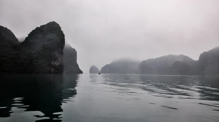 baía : Ship cruise through Halong Bay cliffs in Vietnam - time-lapse Vídeos