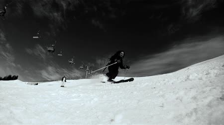 esqui : Slow motion of a skier skiing down on the slope. Black and white HD movie