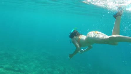 šnorchl : Woman snorkeling in the sea