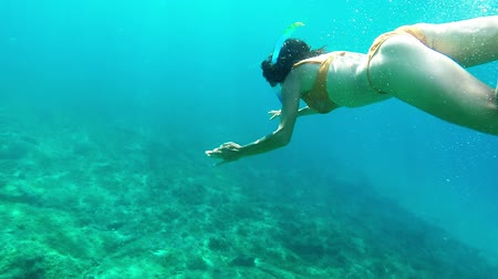 sualtı : Woman snorkeling in the sea - underwater slow motion view