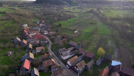 Румыния : Aerial drone footage of countryside village houses in late afternoon lights. Manastireni, Transylvania, Romania