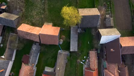transilvânia : Aerial drone footage of countryside village houses in late afternoon lights. Manastireni, Transylvania, Romania