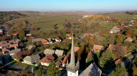 укрепленный : Aerial drone footage of a protestant church in Transylvania, Romania Стоковые видеозаписи
