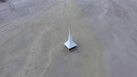 медь : Ecological catastrophe, 4k aerial drone view of flooded and abandoned church in the middle of a lake contaminated with cyanide from a copper mine. Geamana, Romania