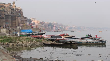 barganha : Varanasi, India, December 2015. View of Ganges River ghats with rowboats. Vídeos