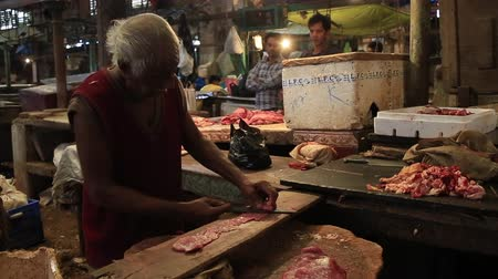 mal cheiroso : Kolkata, India, February 2016. Butchers working in the New Market in an unhealthy environment. Stock Footage