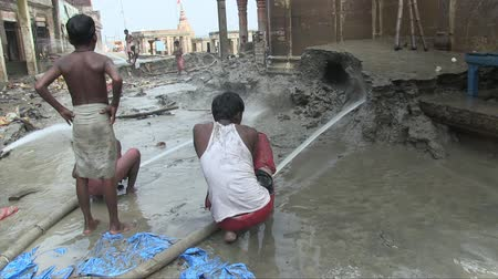 monszun : Varanasi, India, October 2011. Cleaning the Ghats of mud after the monsoon. Stock mozgókép
