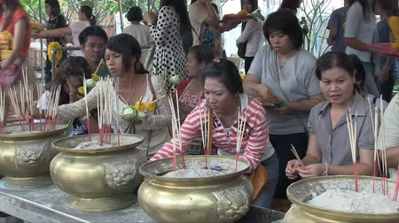 Чеди : Bangkok, Thailand, March 2012: Women making an incense offering in a temple.