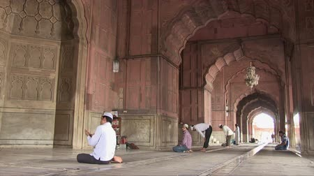 Old Delhi, India, November 2011: People praying in the Jama Masjid mosque. Wideo