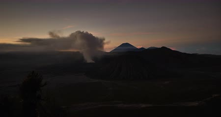 извержение : Bromo volcano eruption time lapse during sunrise, in East Java, Indonesia. Стоковые видеозаписи