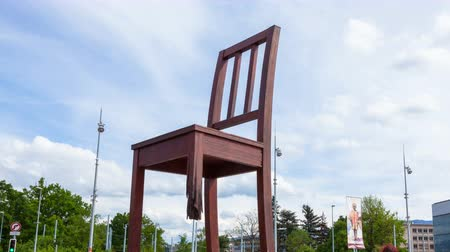 poškozené : 4K Timelaspe of the Geneva broken chair in front of the united nation building - Peace symbol - Switzerland