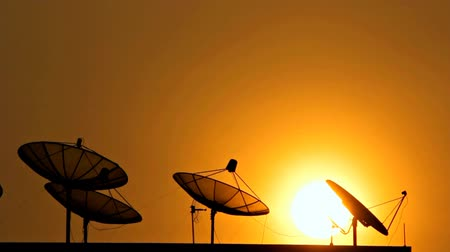 satelite : Satellite communications. On the evening sky. Wideo