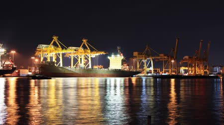 importação : Container Cargo freight ship with working crane bridge in shipyard at dusk for Logistic Import Export background